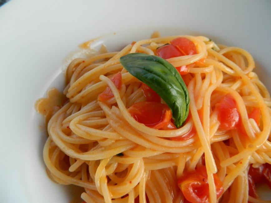 Pasta con pomodorini e basilico